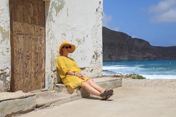 Papier Peint - mujer con sombrereo amarillo y vestido amarillo sentada casa playa mediterraneo almería  4M0A6678-as20