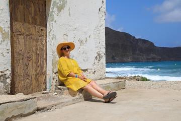Papier Peint - mujer con sombrereo amarillo y vestido amarillo sentada casa playa mediterraneo almería  4M0A6677-as20
