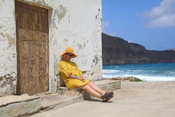 Papier Peint - mujer con sombrereo amarillo y vestido amarillo sentada casa playa mediterraneo almería  4M0A6679-as20