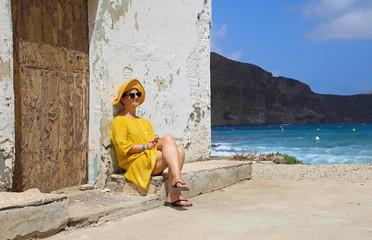 Papier Peint - mujer con sombrereo amarillo y vestido amarillo sentada casa playa mediterraneo almería 4M0A6692-as20