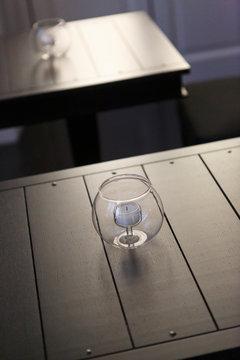 elegante ampolla di vetro con dentro una candela su un tavolino in un locale