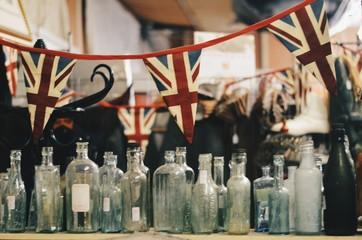 Botellas antiguas y banderas de inglaterra Fotomurales