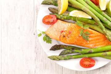 Wall Mural - grilled salmon fillet with asparagus