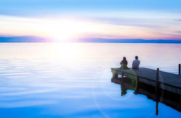 Wall Mural - paisaje romanticon de una pareja de enamorados mirando el mar