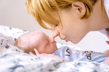 Fototapeta Chwilę po narodzinach. Mama i dziecko obraz
