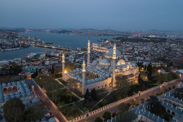 Fotomurales - Aerial view of Suleymaniye Mosque on Ramadan time in Istanbul.