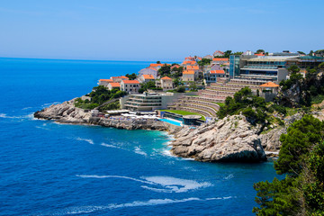 Fototapeten Nordeuropa Hotel Rixos Dubrovnik on the coast of the Adriatic Sea in Croatia - Stepped building and swimming pool north of the walled city