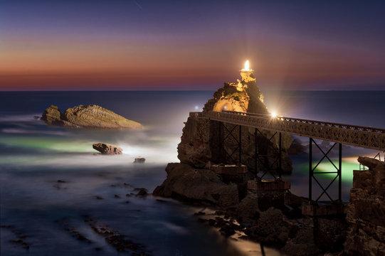 Vue de nuit sur le Rocher de la Vierge à Biarritz