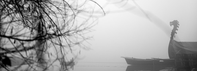 Foto auf AluDibond Grau Dragon boat in a mist and foggy day at early morning
