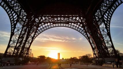 Fototapeten Eiffelturm Low Angle View Of Eiffel Tower