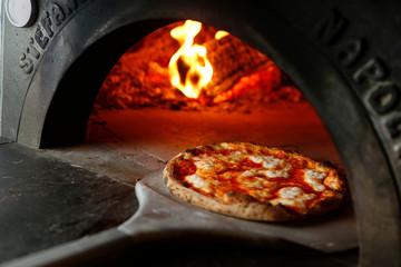 Photo sur Plexiglas Marguerites pizza margherita appena tirata fuori dal forno