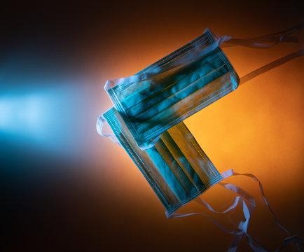 Kreative Fotografie von Schutzmaßnahmen und Hygienemaßnahmen gegen Corona-Virus Covid-19 in Komplementärfarben Blau und Gelb