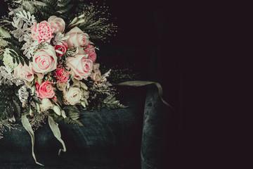 Obraz Piękny bukiet z różowymi kwiatami leży na fotelu. Wiązanka ślubna. Dekoracja florystyczna. Kartka z życzeniami - fototapety do salonu