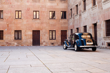 Classic car in a historic city Fotomurales