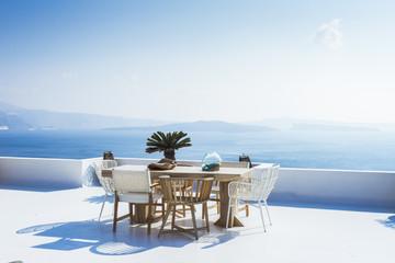 Foto auf AluDibond Santorini Minimalist architecture, outdoor Table, terrace with caldera view, Oia, Santorini island, Cyclades, Greece