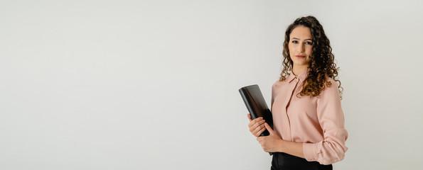 Mujer oficinista joven europea elegante con carpeta en la mano Fotobehang