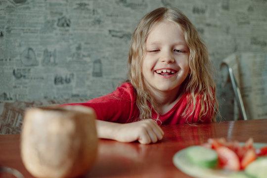 A lovely little girl like to eat vegetables