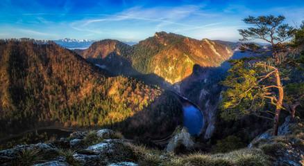 Fototapeta Przełom Dunajca w Pieninach, widok z Sokolicy w kierunku Tatr obraz
