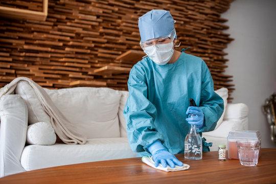 ウイルス感染患者の家を除菌作業するスタッフ