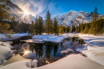 Poranne promienie słońca odbite w Żabim Oku w Tatrach Wysokich - fototapety na wymiar