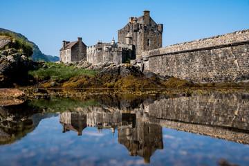 Il castello riflette la sua immagine e la sua storia
