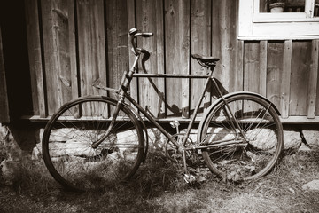 Foto auf Gartenposter Fahrrad Old bicycle on a wooden wall. Black and white photography