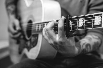 tocando guitarra blanco y negro Wall mural
