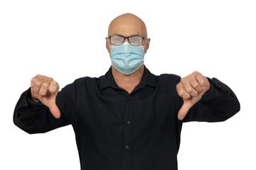 Älterer Mann mit Maske und beschlagenen Brillengläsern, hält seine Daumen nach unten