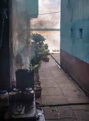 Keuken foto achterwand Smal steegje varanasi burning pot in narrow alley with Ganga river