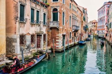 venedig, italien - pittoresker kanal mit gondeln