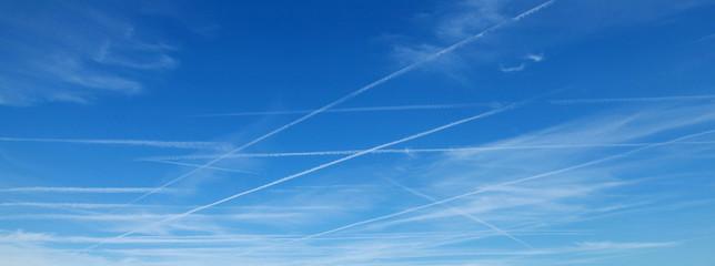 Trainées d'avions dans le ciel