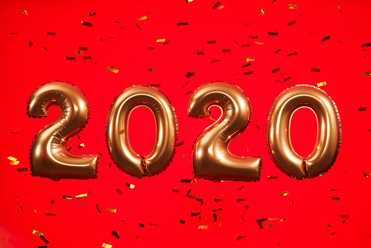 2020 gold ballons on a red background