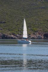 barco en la mar calma en el puerto de addaia