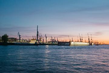 Sonnenuntergang über der Elbe in Hamburg