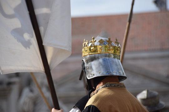 Königskostüm eines Mittelalter-Reenactments