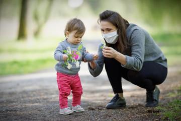 Fototapeta Pandemia, matka z dzieckiem w maseczka, covid-19 sars2,portret  obraz