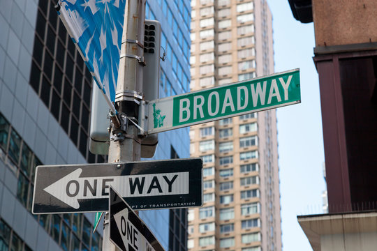 ブロードウェイを示す標識