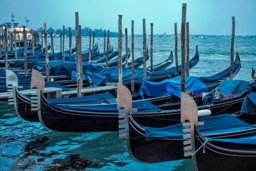 Keuken foto achterwand Gondolas venedig, italien - blaue gondeln im abendlicht