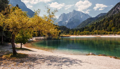 Fotomurales - Awesome alpine highlands in sunny day. Amazing Mountain lake in Slovenia in sunny day. Famous Jasna lake in Julian Alps. Wonderful nature landscape in autumn, popular travel and hiking destination