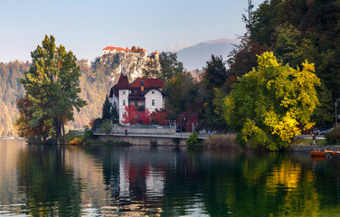 Fotomurales - Sunny morning scene on mountains lake. Boats at the pier of the Bled Island, Lake Bled, Slovenia. popular touristic place. summer view of Blejsko jezero. is a glacial lake in the Julian Alps