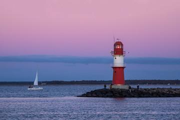 Fototapete - Mole und Segelschiff an der Küste der Ostsee in Warnemünde