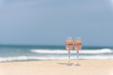砂浜とワイングラス