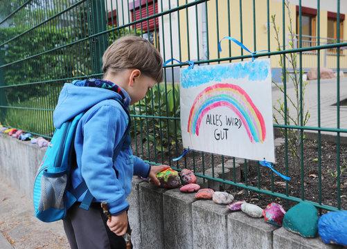 Ein Junge besucht seine Kita von außen in der Coronazeit am 05.05.2020.