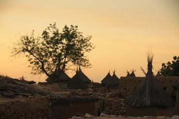 Fototapeta tradycyjne chaty afrykańskie starego plemienia na tle wieczornego nieba obraz