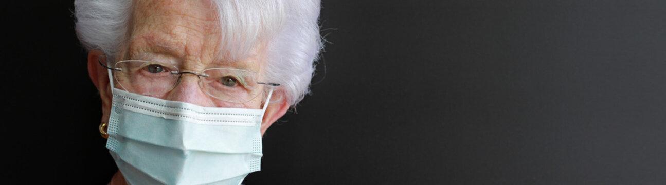 persona mayor con mascarilla médica facial antivirus mujer 4M0A0630-as20
