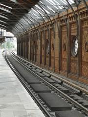 Foto auf Leinwand Bahnhof Empty Railroad Station Platform