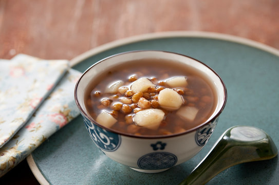 Chinese traditional dessert, water chestnut mung bean syrup