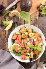 Fototapete - salmon with avocado, onion and lettuce