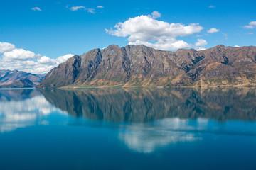 Photo sur Plexiglas Glaciers Reflection of lake Hawea in South island, New Zealand