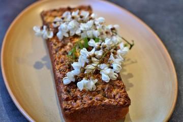 Cake sucré au fleurs d'acacia.